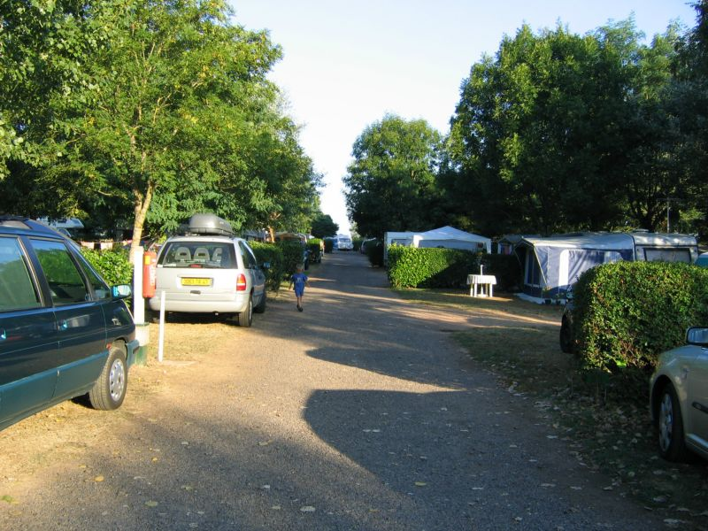 Campsite France Vendee : Une allée du camping menant aux locations de mobil-homes